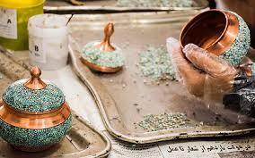 مراحل اجرای هنر فیروزه کوبی بر روی ظروف مسی